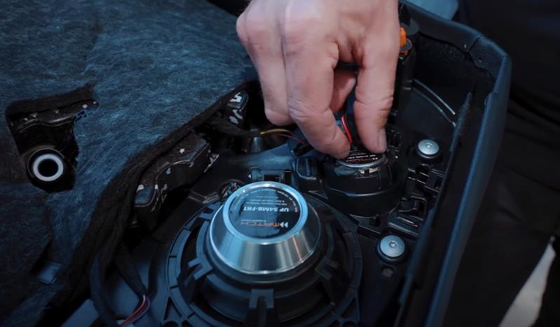 Montage der Tür-Lautsprecher  Mercedes W213